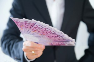 Businessman hlt Geld in der Hand