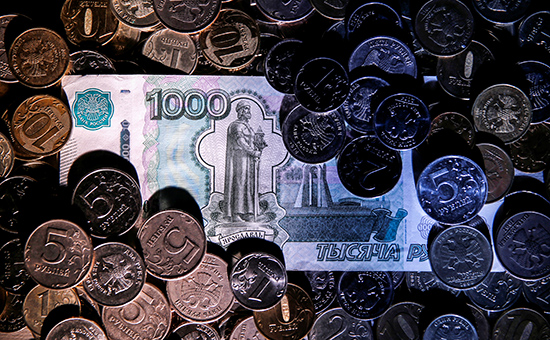 Russian rouble coins and a 1,000-rouble banknote are seen in this picture illustration taken June 7, 2016. REUTERS/Maxim Zmeyev/Illustration - RTSGJHQ