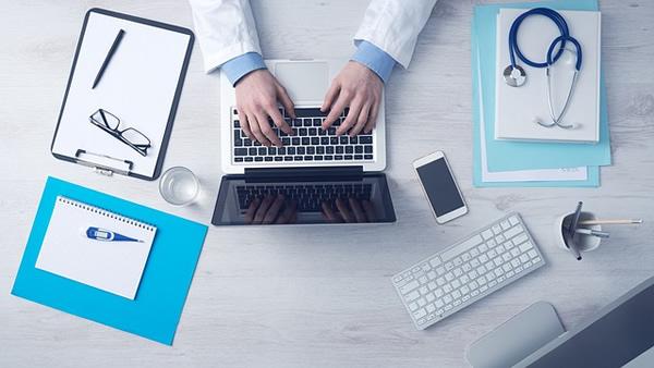 Docteur utilisant un ordinateur