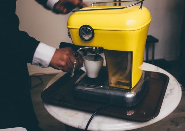 Machine à café jaune